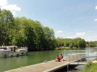 Bateaux de plaisance sur le canal du Nivernais.