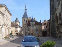 Le quartier historique d' Avallon à 17km.