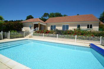 La piscine privée chauffée se trouve près de maison