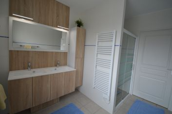 salle d'eau avec grande douche