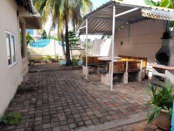 Table mise sur terrasse à côté cuisine