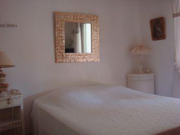 chambre lit de 160 avec 2 armoires, une commode et une TV