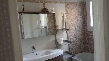 salle de bains avec vasque et baignoire