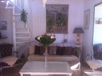 salon avec escalier menant à une mezzanine