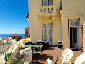 la terrasse , chaises et tables de jardin