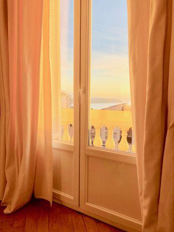 la vue du salon , 4 portes fenêtres .