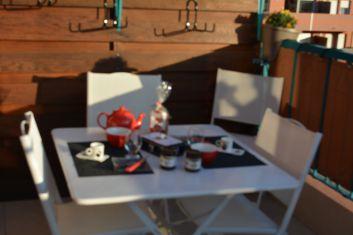 Coin repas sur balcon ( toile coupe-vue sur rambarde, pas de vis