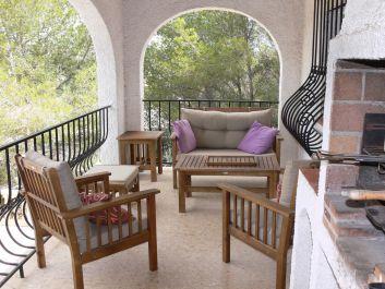 Terrasse avec coin salon, coin repas et barbecue