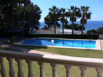 vue sur mer et piscine depuis la terrasse