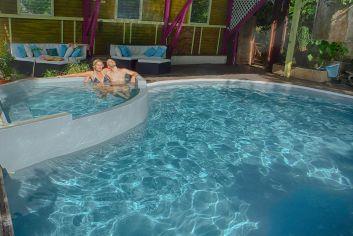 La piscine couverte et son bassin à débordement