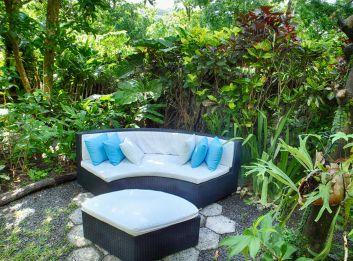 Salon extérieur dans le jardin