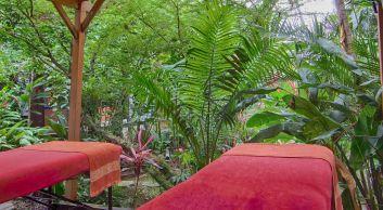 Gommages sous le carbet dans le jardin