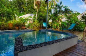 Le bassin à débordement avec chauffage solaire