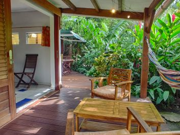 La terrasse couverte du bungalow Thunbergia