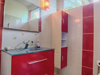 La salle de bain du bungalow Ylang