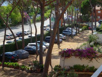 parking privé en pinède au pied de l'immeuble