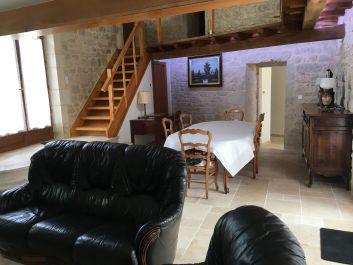 Salle à manger avec escalier d'étage