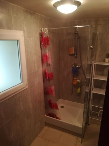 Salle de bain au rez de chaussée, avec WC séparé