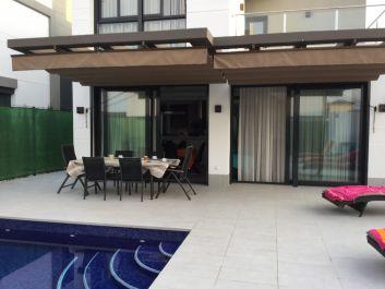 Un deuxième espace pour les repas sur la grande terrasse