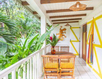 Douche extérieure et chambre case créole en bois